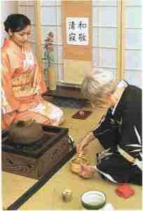 La préparation du thé vert à l'aide d'un fouet de bambou par Mesdames S. J. Soutel-Gouiffes et Hiroko Inoue, Maîtres de thé.
