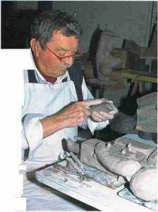 Roger Capron, assemblage d'une œuvre modelée en plusieurs parties.